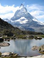 Jezero a okolí s vrcholky
